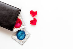 Секс концепции безопасный с презервативом на белом взгляд сверху предпосылки Стоковое Изображение RF
