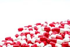 Селективный фокус антибиотика capsules пилюльки на белой предпосылке Стоковые Изображения