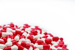 Селективный фокус антибиотика capsules пилюльки на белой предпосылке Стоковые Изображения RF