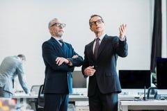 селективный фокус бизнесменов в eyeglasses имея переговор стоковые фото