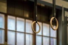 Селективный фокус деревянных гимнастических колец перед большим окном Стоковые Фотографии RF