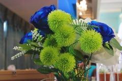 Селективный фокус и малая глубина поля Винтажный тон искусственной красочной предпосылки цветков Стоковая Фотография RF