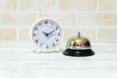 Селективный фокус колокола часов и кольца таблицы Часы таблицы показывая времени 10 прошлых 10 Стоковые Изображения RF