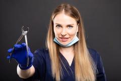 Селективный фокус красивого женского инструмента удерживания дантиста Стоковое Изображение