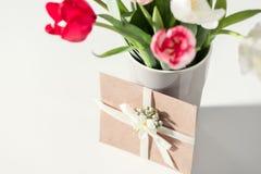 Селективный фокус красивого зацветая тюльпана цветет в вазе и конверте Стоковые Фото