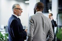 селективный фокус многокультурных бизнесменов имея переговор стоковые фотографии rf