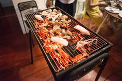 Селективный фокус на зажаренной в духовке партии морепродуктов с запачканной предпосылкой Стоковые Фотографии RF