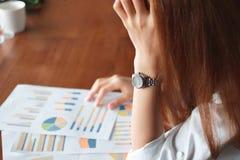 Селективный фокус на руках усиленной бизнес-леди с диаграммами или обработка документов на рабочем месте Стоковая Фотография RF