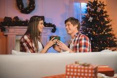 селективный фокус пар с подарком рождества в руках смотря один другого Стоковые Фотографии RF