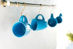 селективный фокус пустых голубых чашек вися в кухне Стоковое фото RF