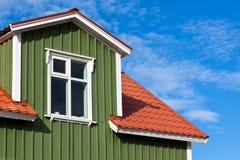Селитебная верхняя часть крыши под ярким голубым небом Стоковые Изображения RF