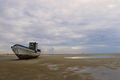 Сели на мель рыбацкая лодка Стоковая Фотография RF