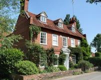 село английской дома традиционное стоковое изображение rf