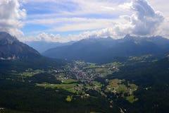 Село в долине стоковая фотография rf