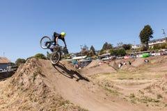 СЕЛО APTOS - 14-ОЕ АПРЕЛЯ: 4-ые Ежегодный Fe горного велосипеда Santa Cruz Стоковое фото RF