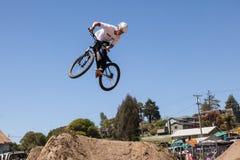 СЕЛО APTOS - 14-ОЕ АПРЕЛЯ: 4-ые Ежегодный Fe горного велосипеда Santa Cruz Стоковое Фото
