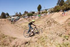 СЕЛО APTOS - 14-ОЕ АПРЕЛЯ: 4-ые Ежегодный Fe горного велосипеда Santa Cruz Стоковые Фото