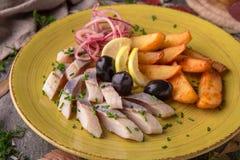 Сельди посоленные закуской с оливками и картошками Красивое стильное меню жизнь осени все еще Стоковое Изображение