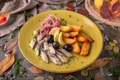 Сельди посоленные закуской с оливками и картошками Красивое стильное меню жизнь осени все еще Стоковая Фотография
