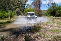 Сельская Андалусия Испания 06/10/2016 река скрещивания 4x4 причиняя воду брызгает Вид спереди стоковое фото