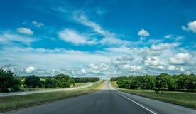 Сельская дорога в Техасе, США Аграрный ландшафт и голубое небо Стоковые Фотографии RF