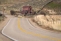 Сельская дорога и заржаветый старый амбар в стране Стоковое Фото