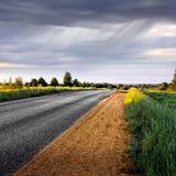 Сельская дорога перед дождем. Панорама. Стоковое Фото