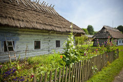 Сельская местность с старыми деревянными домами Стоковые Изображения RF