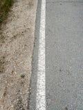 Сельская обочина, асфальт и непрерывная белая линия стоковое изображение