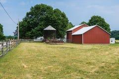 Сельская обрабатываемая земля York County Пенсильвании страны, на летний день Стоковое фото RF