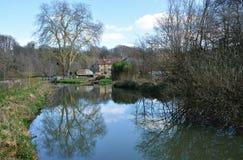 Сельские взгляд & свойство берега реки стоковая фотография