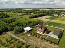 Сельские дома в центральной России в лете стоковые фотографии rf