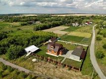 Сельские дома в центральной России в лете стоковое фото