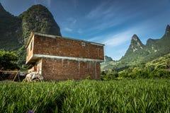 Сельский дом и горы стоковые фото