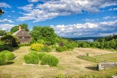 Сельский дом Новой Англии около пруда Массачусетса Manchaug стоковые фото