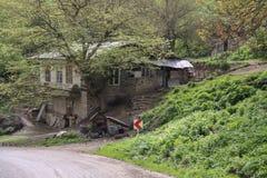 Сельский дом около дороги в одной из красивых деревень северного Ирана, Gilan стоковое изображение
