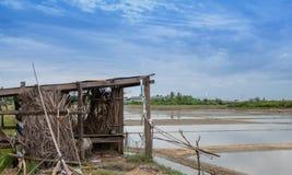 Сельский дом пруда испарения соли стоковое изображение