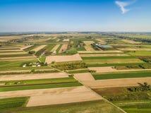 Сельский ландшафт, вид с воздуха Дорога через поля Поля урожая, удлиняя к горизонту Стоковые Фото