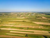 Сельский ландшафт в осени, обрабатываемой земле как увидено от взгляда глаза ` s птицы Поля протягивая к горизонту Стоковые Изображения