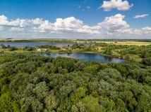 Сельский ландшафт с лесом и прудами в России, взгляд сверху стоковые фото