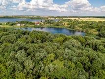 Сельский ландшафт с лесом и прудами в России, взгляд сверху стоковое фото rf
