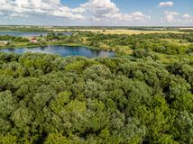 Сельский ландшафт с лесом и прудами в России, взгляд сверху стоковая фотография
