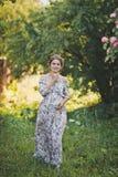 Сельский портрет девушки в просторном платье на пол 1654 стоковое фото rf