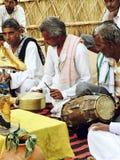 Сельское усаживание Perform музыкантов Индии на поле стоковые изображения