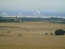 Сельское хозяйство и индустрия работая совместно стоковая фотография