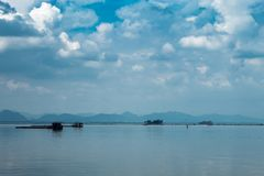 Сельское хозяйство и небо рыб сплотка плавая в запруде Krasiew, Supanburi стоковое фото rf
