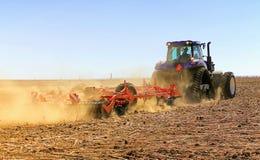 Сельское хозяйство Трактор подготавливает землю для засевать и культа стоковые изображения