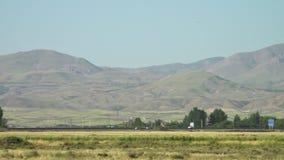 Сельское шоссе с движением на ноге горы сток-видео