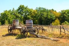Сельское landcape с деревянной тележкой стоковые изображения rf