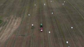 Сельскохозяйственная техника свертывает урожай в связки и создает программу-оболочку они в белой упаковке r видеоматериал